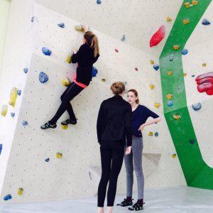 Schülerinnen beim Bouldern in der Halle