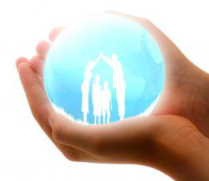 schützende Hände halten Familie