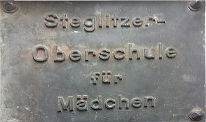 Verittertes Schulschild mit der Aufschrift Steglitzer Oberschule für Mädchen