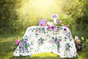 Sommerlich geschmückter Tisch im Freien